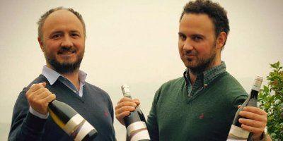 I fratelli Barberani con bottiglie di Luigi e Giovanna