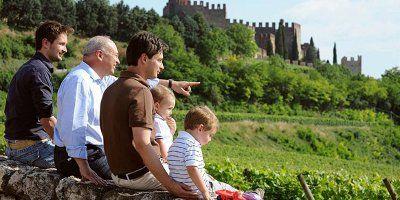 La famiglia e, sullo sfondo, il Castello di Soave